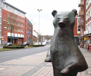 Was hat es mit der Bärenskluptur am Hauptbahnhof auf sich?