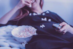 Frau mit Popcorn