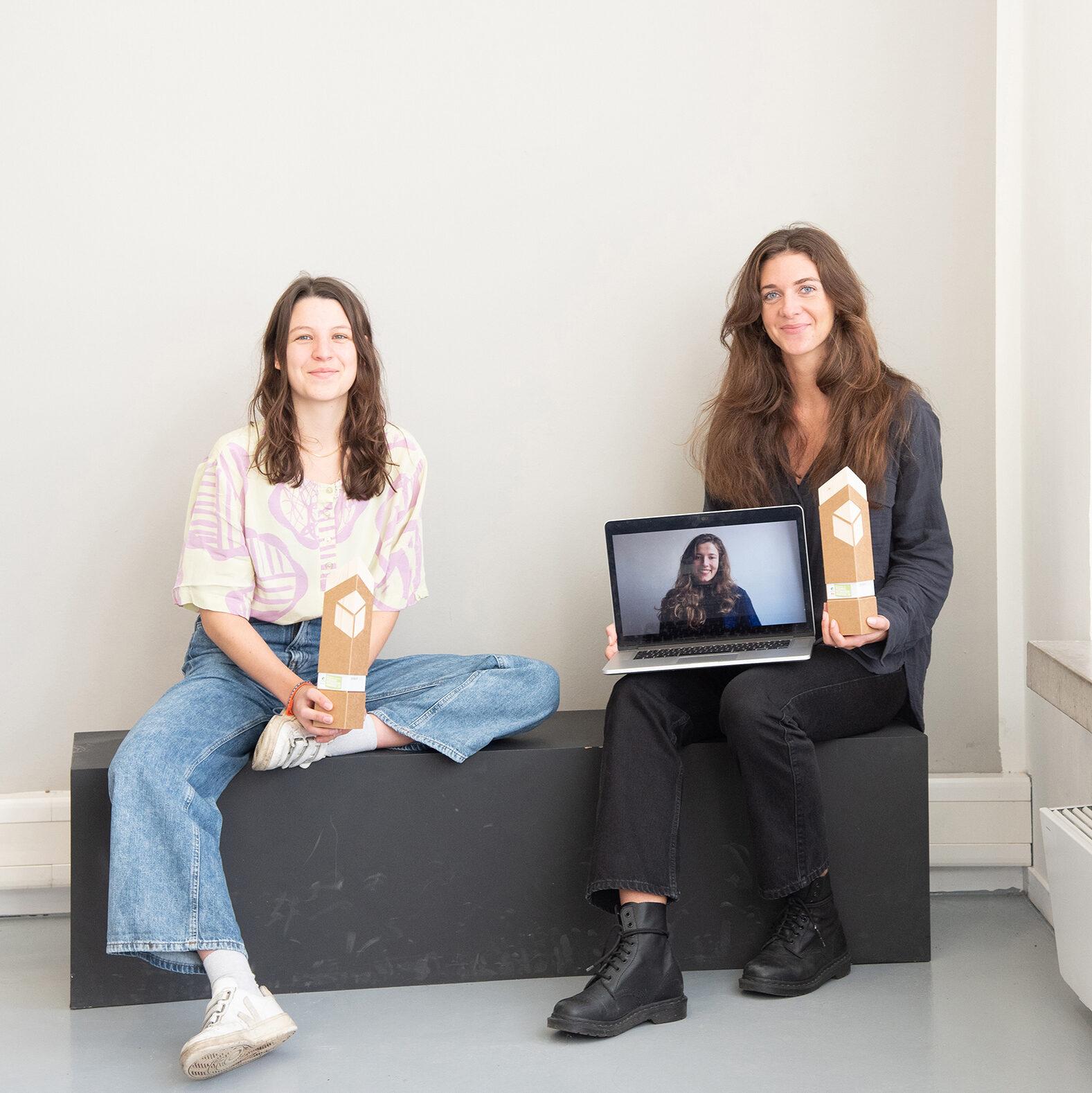 Die drei Studentinnen der FH Münster präsentieren ihre nachhaltige Tampon-Verpackung.