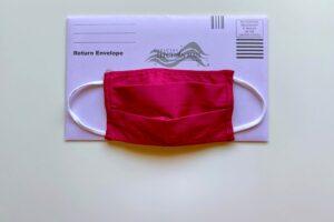 Amerikanische Briefwahlunterlagen mit einer roten Maske