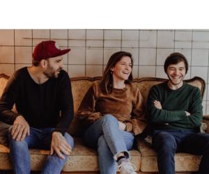 Die Gründer_innen von Freiraum Seconhand: Bijan, Naddi und Nikola